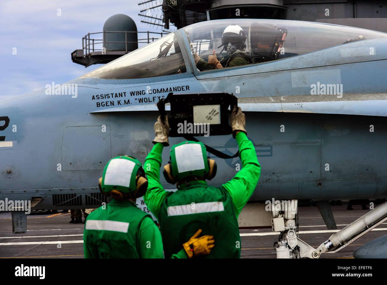 Un pilote de la Marine américaine confirme le poids de ses avions de chasse F-15 avant le lancement de la cabine Photo Stock