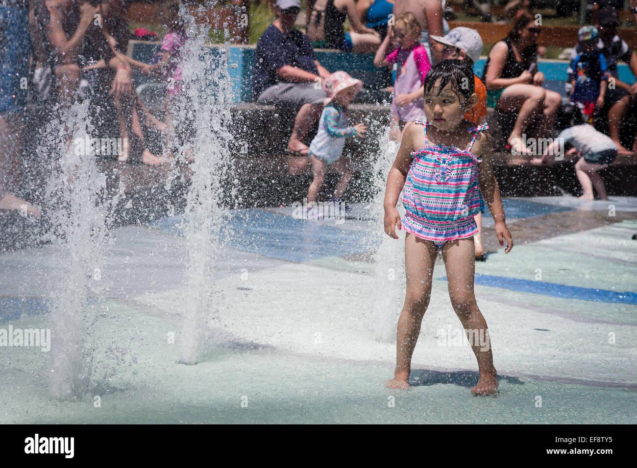 Barefoot girl fontaine à l'approche de l'été, les gens en arrière-plan Photo Stock