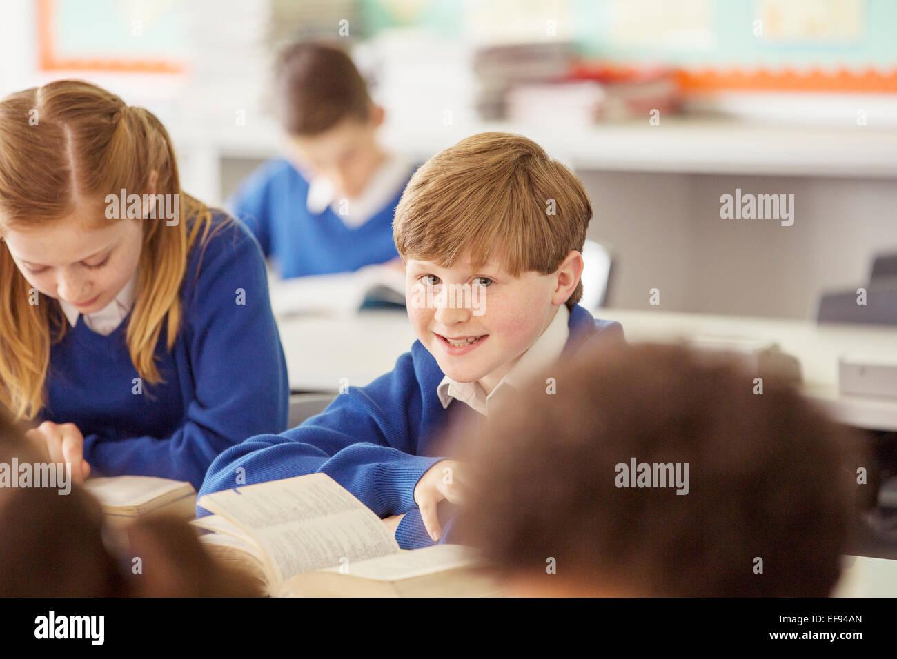 Les enfants de l'école élémentaire pendant la leçon en classe Photo Stock