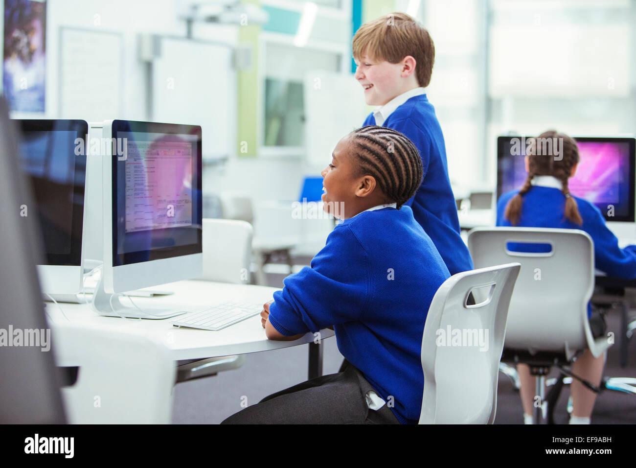 Les enfants de l'école élémentaire travailler avec les ordinateurs Photo Stock