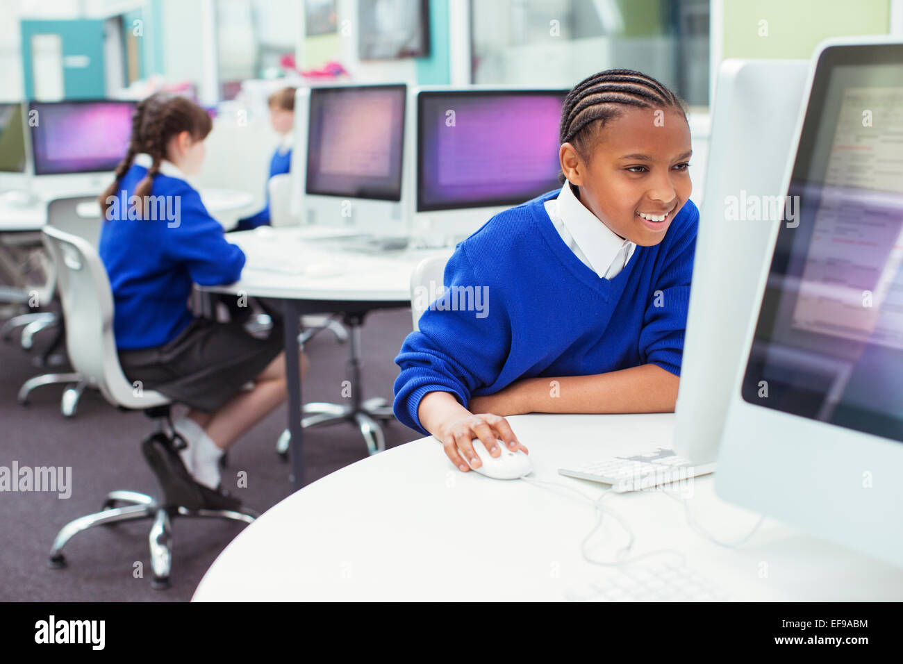 Les enfants de l'école élémentaire de travailler avec les ordinateurs pendant la leçon il Photo Stock