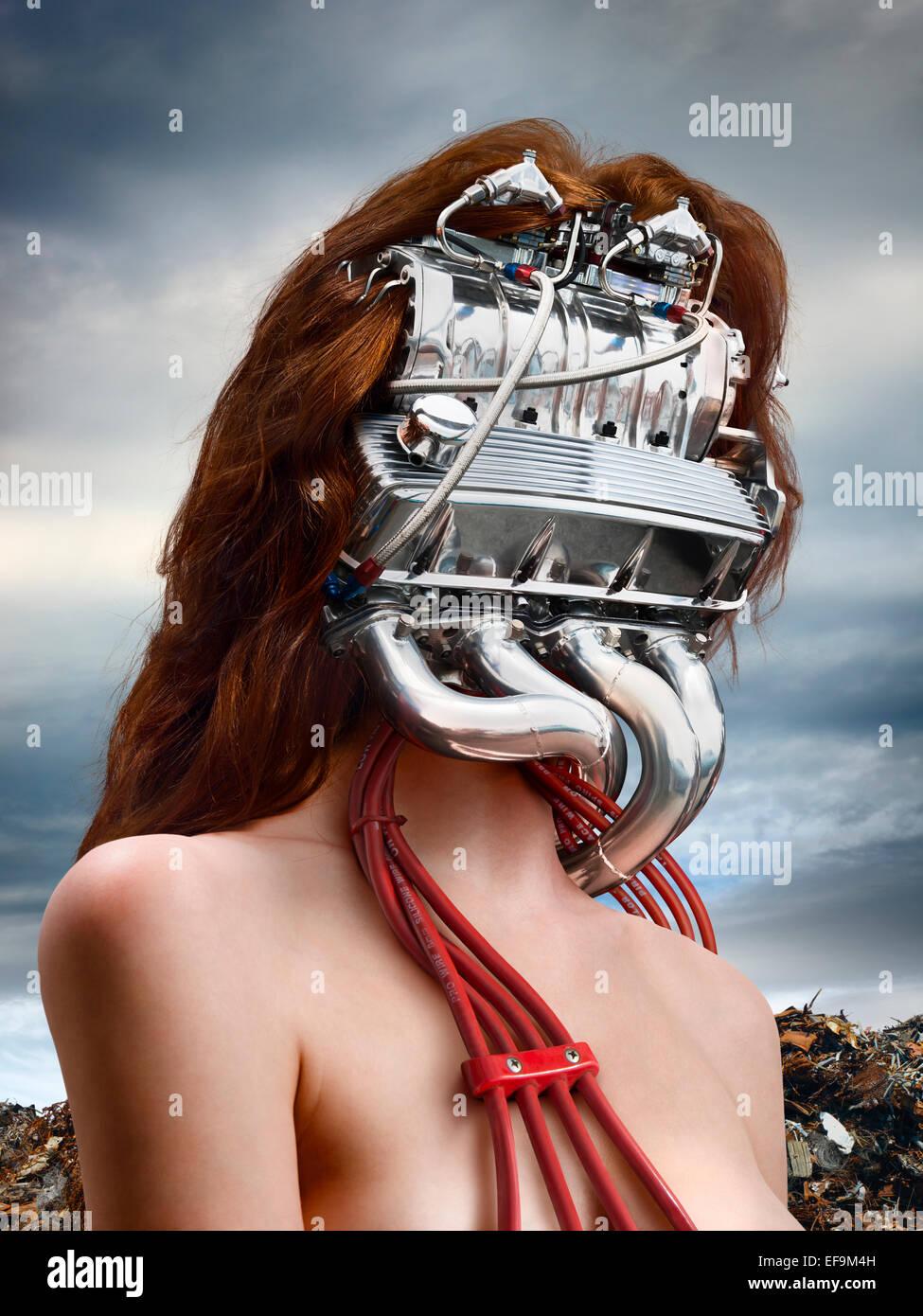 Image de la femme fantaisie verticale avec un moteur de voiture pour une tête avec un junkyard derrière Photo Stock