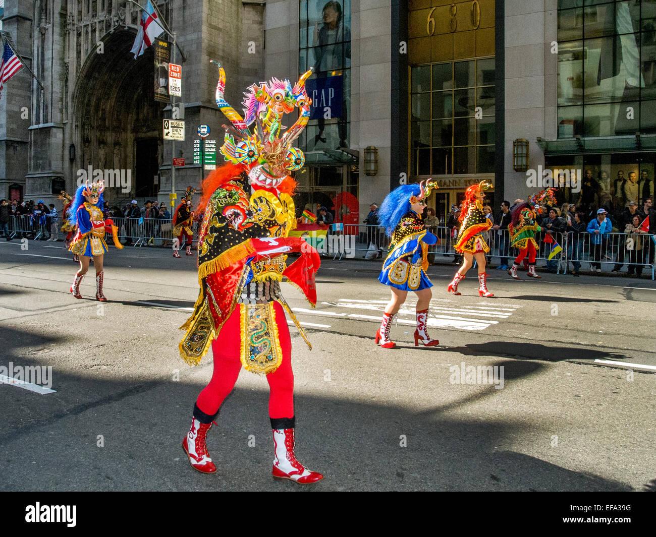 Des marcheurs en costumes ethniques régionaux représentant les cultures espagnoles participer au défilé Photo Stock