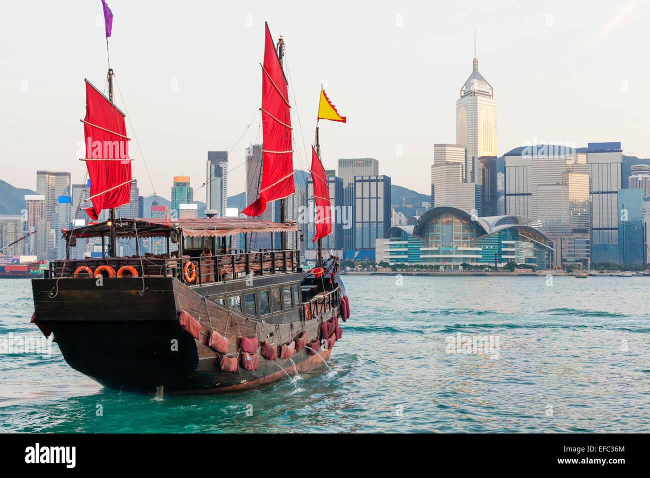 L'horizon de Hong Kong et junk boat Photo Stock