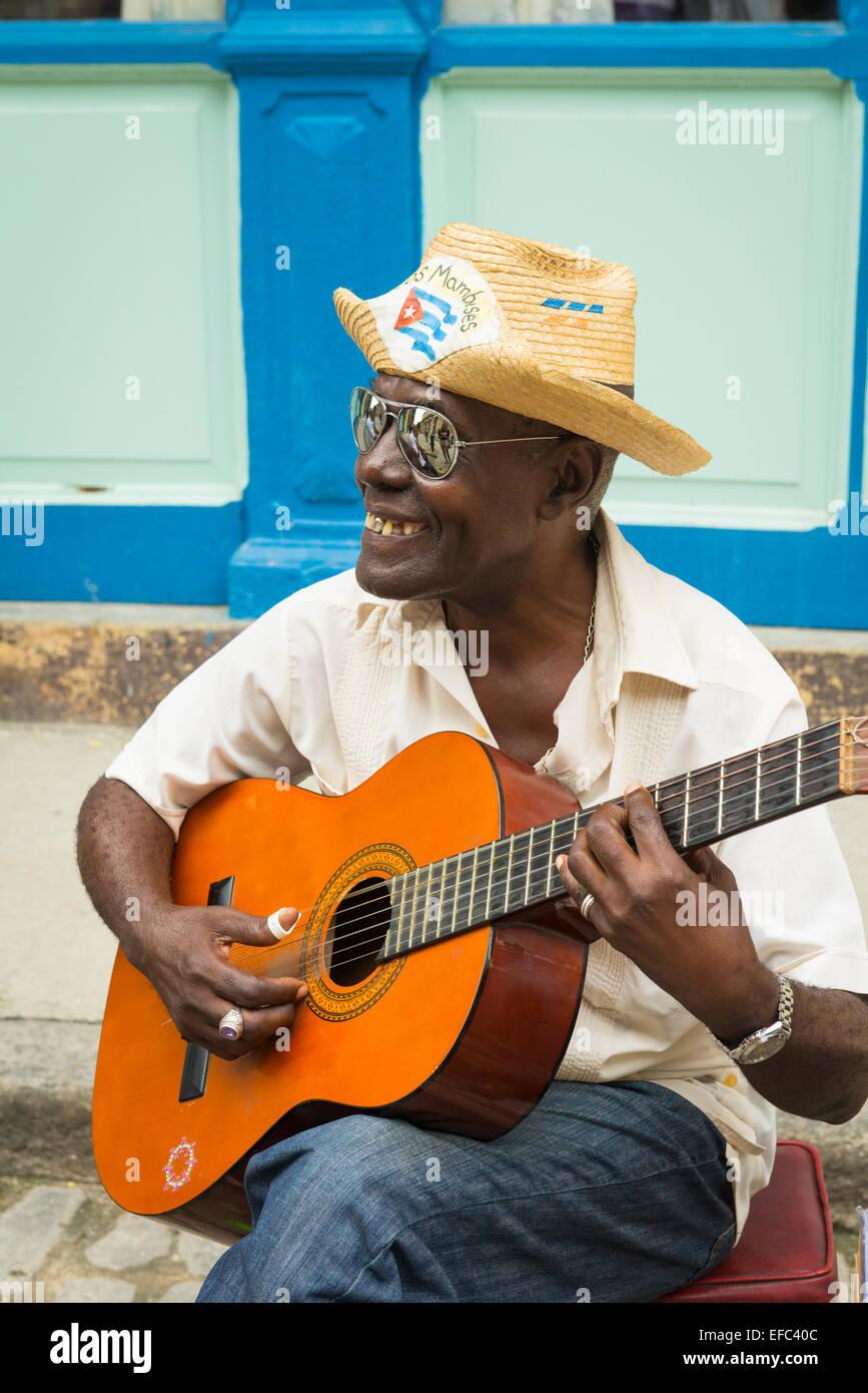 La Vieille Havane Cuba La Habana Vieja Calle Obispo groupe musiciens amuseurs de busk sur jouer jouer aux touristes Banque D'Images