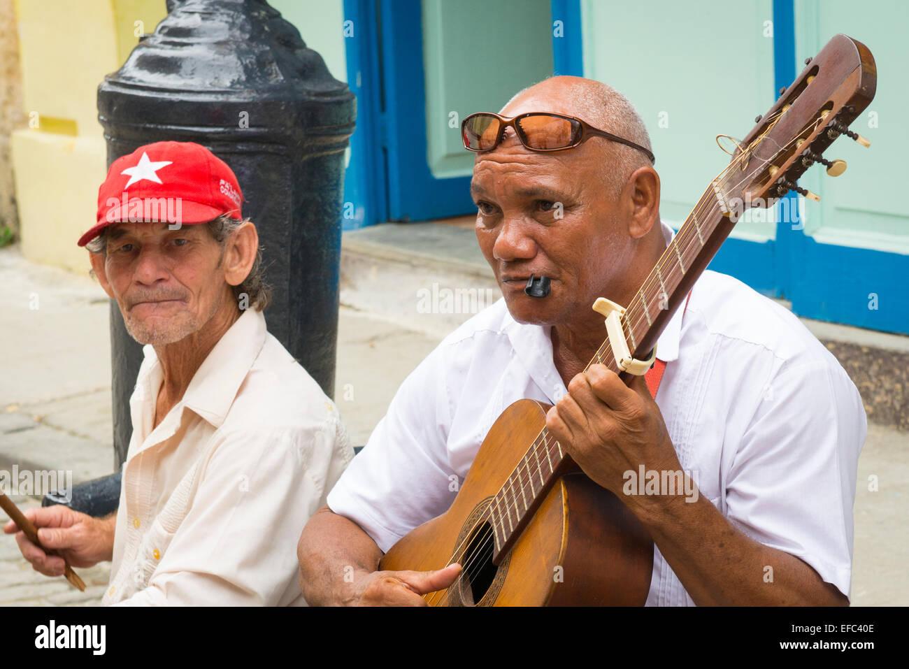 La Vieille Havane Cuba La Habana Vieja Calle Obispo groupe musiciens amuseurs de busk sur jouer jouer aux touristes guitare Banque D'Images