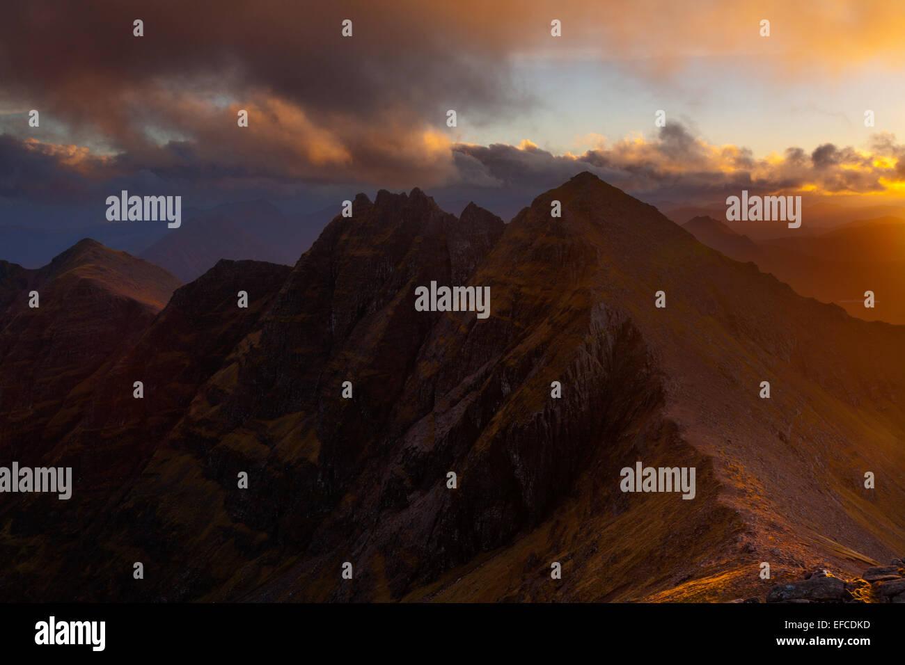 Fiery sky sur une Teallach au coucher du soleil, une des plus belles montagnes en Ecosse Photo Stock