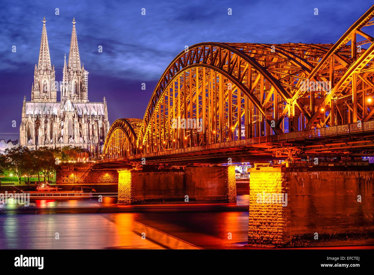 La vieille ville de Cologne, en Allemagne à l'horizon de la cathédrale de Cologne et pont Hohenzollern. Photo Stock
