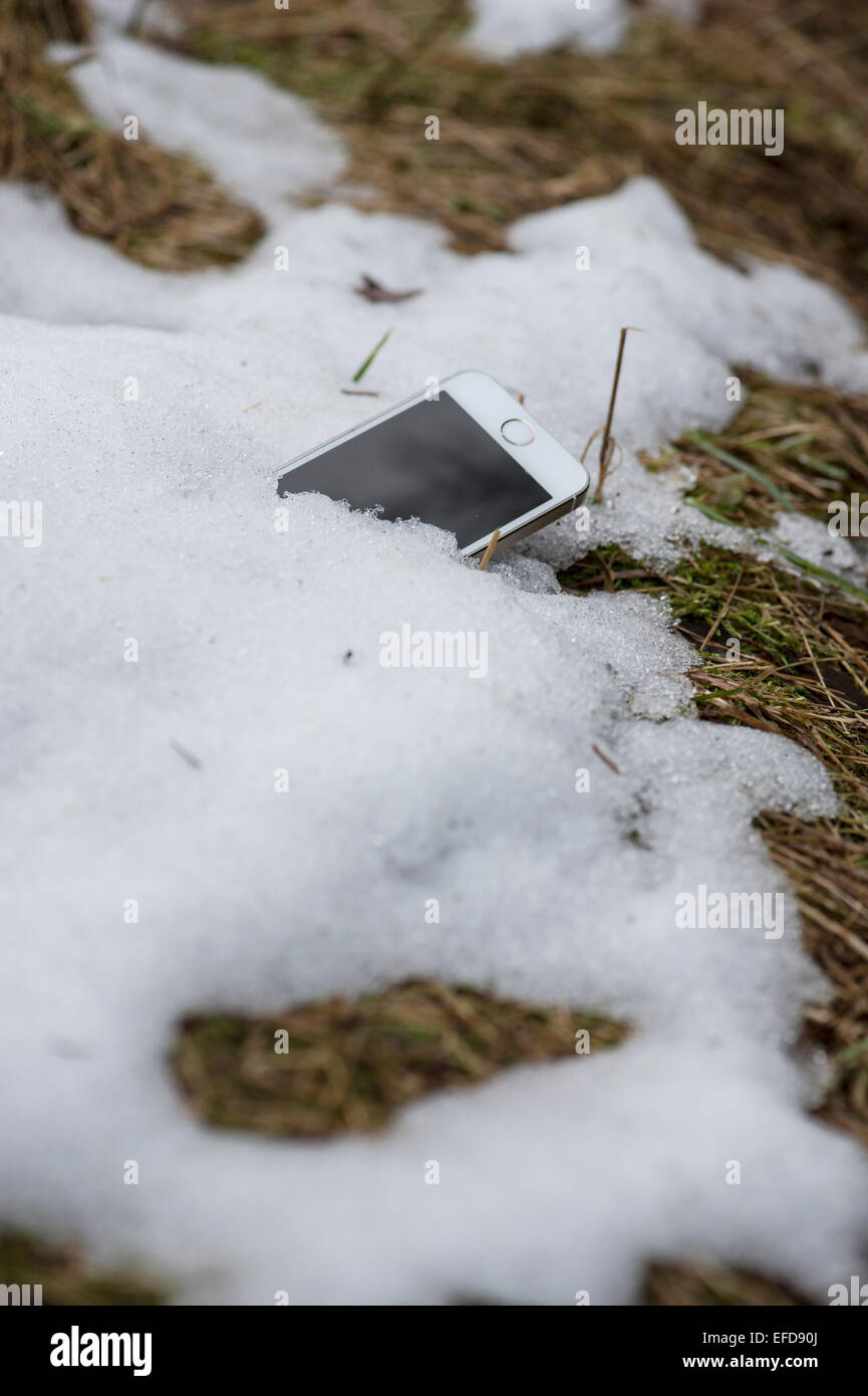 Portable perdu dans la neige au printemps revelaed Photo Stock