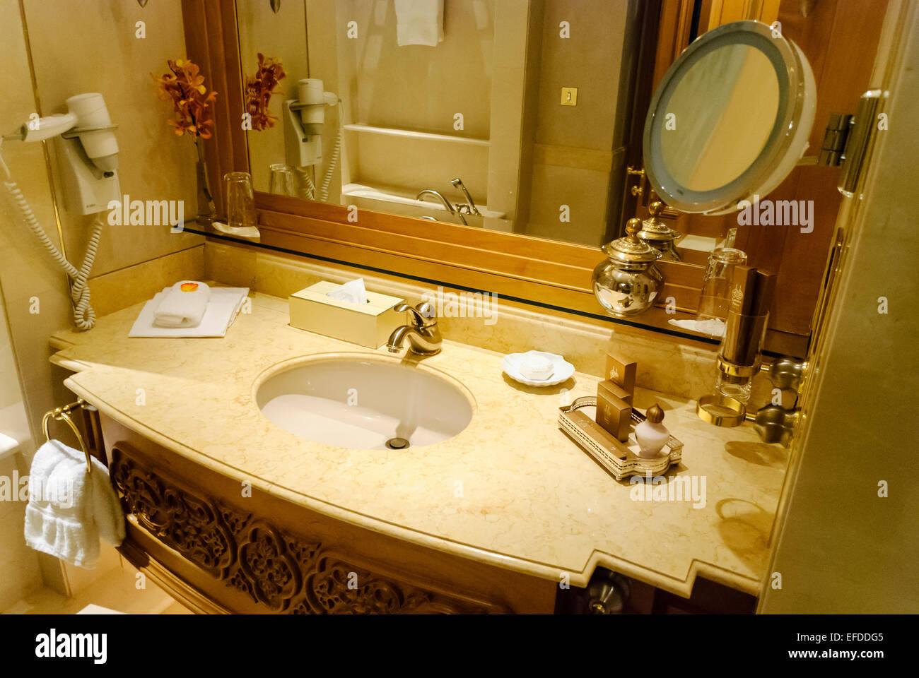 accessoires de salle de bains dorés dans une chambre dans l'hôtel