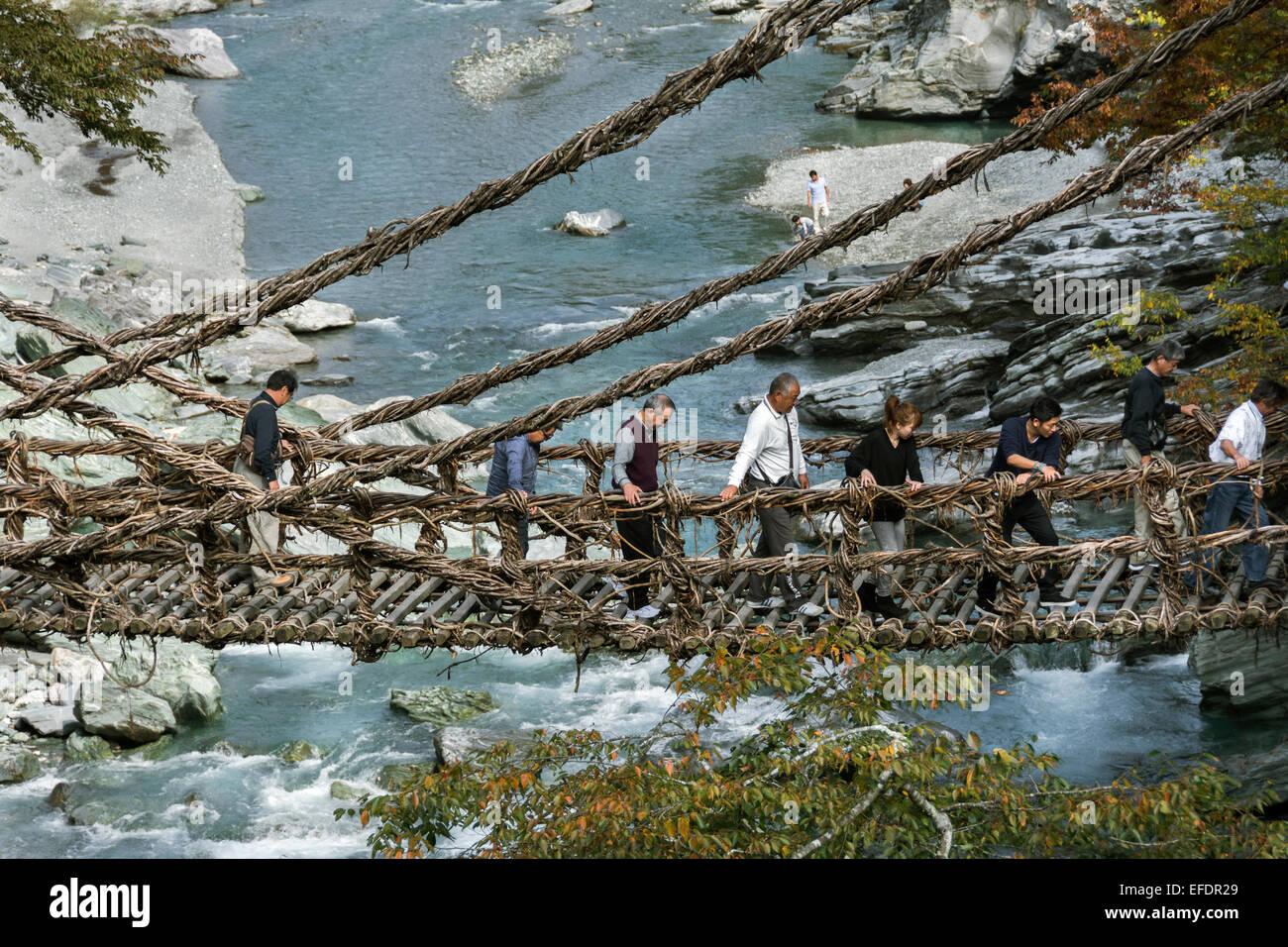 Traversée de la rivière de l'Ama sur un pont de la vigne, Kazuabashi Suspension Bridge, l'île Photo Stock