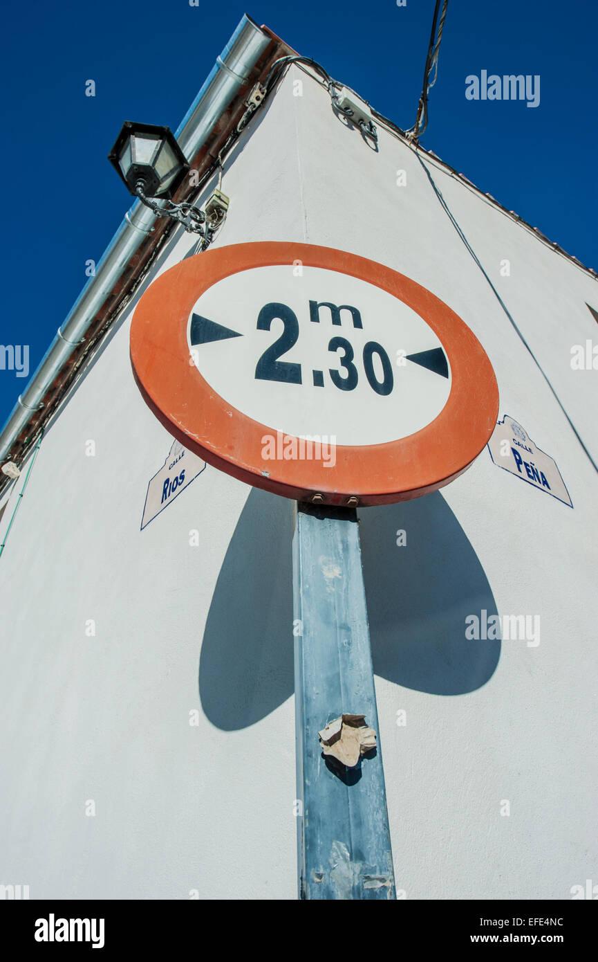 Panneau indiquant les restrictions de hauteur dans la vieille ville de Ronda, en Andalousie, espagne. Photo Stock