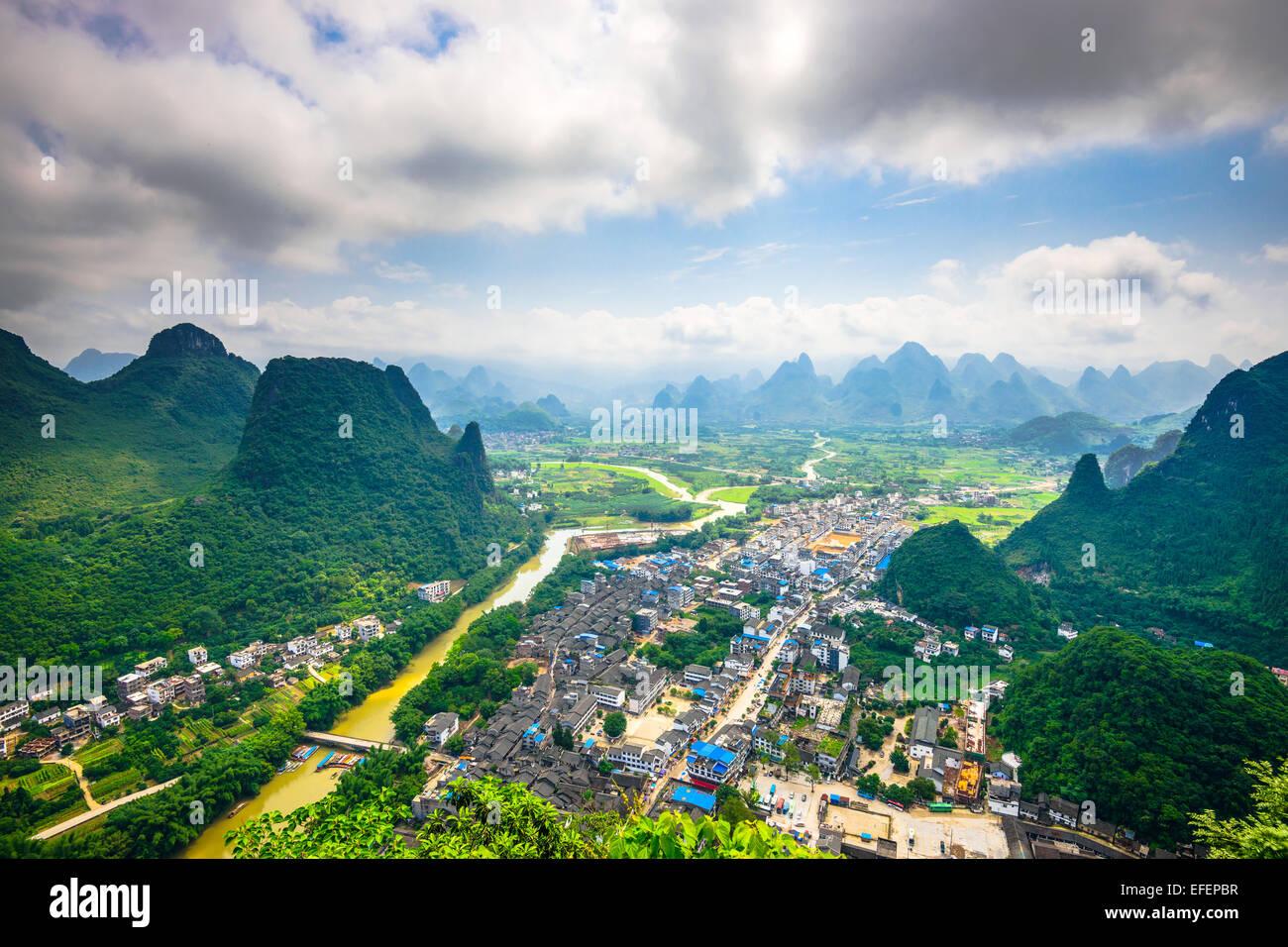 Paysage de montagnes karstiques sur la rivière Li dans les régions rurales de Guilin, Guangxi, Chine. Photo Stock