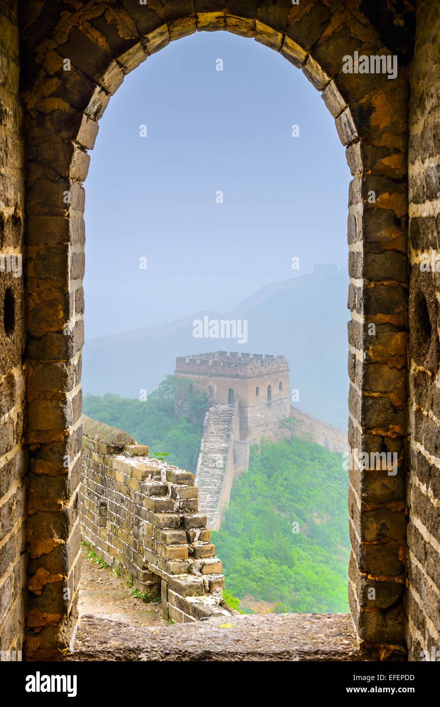 Grande Muraille de Chine vue de l'intérieur d'une tour d'observation. Photo Stock