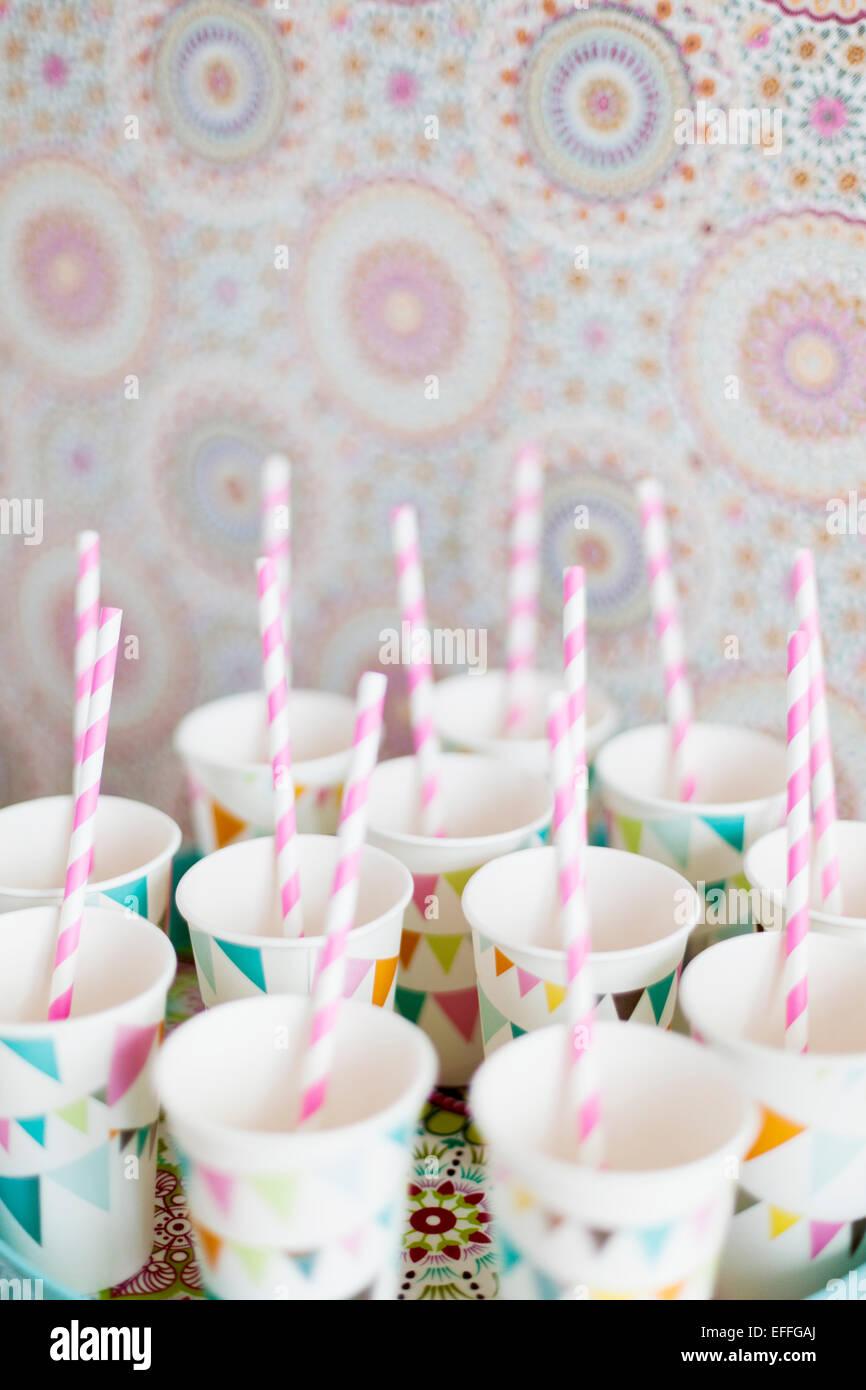 Gâteau à rayures bâtons pop dans cups Photo Stock