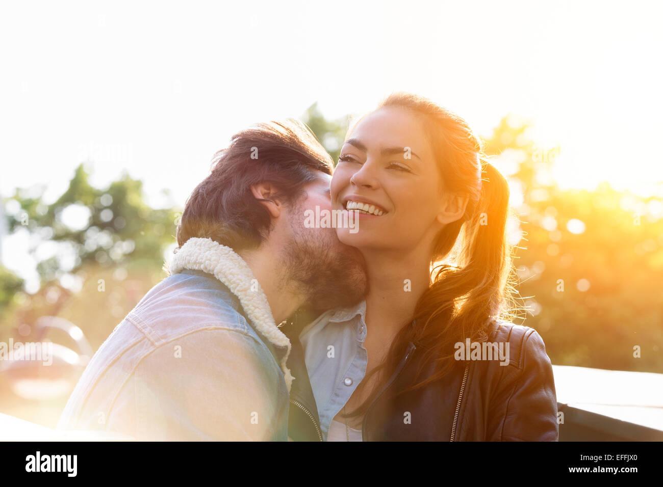 Jeune couple dans l'amour à Paris Photo Stock