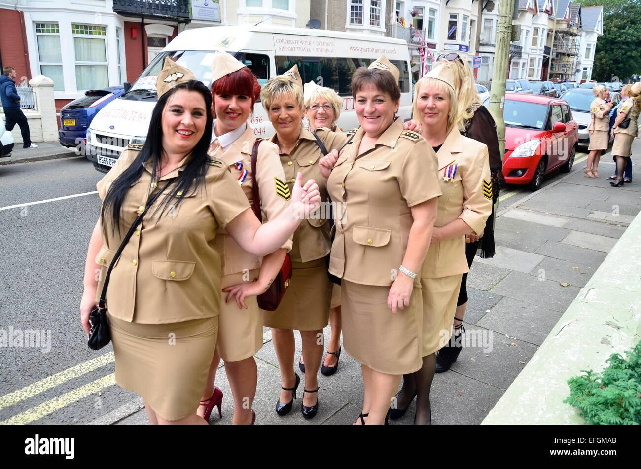 Les femmes vêtus de tenues GI américain à 2013 le Festival Elvis (L) Elvies, Porthcawl, Nouvelle Photo Stock