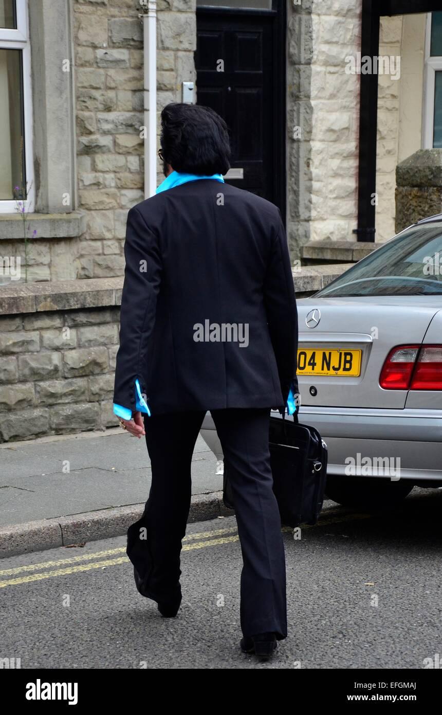 Un imitateur d'Elvis à marcher vers une voiture à l'Elvis Festival (The Elvies), Porthcawl, South Photo Stock