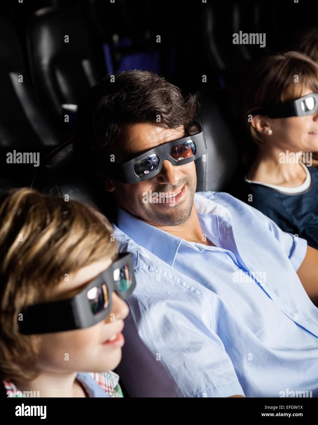 Famille le visionnage en 3D movie Photo Stock