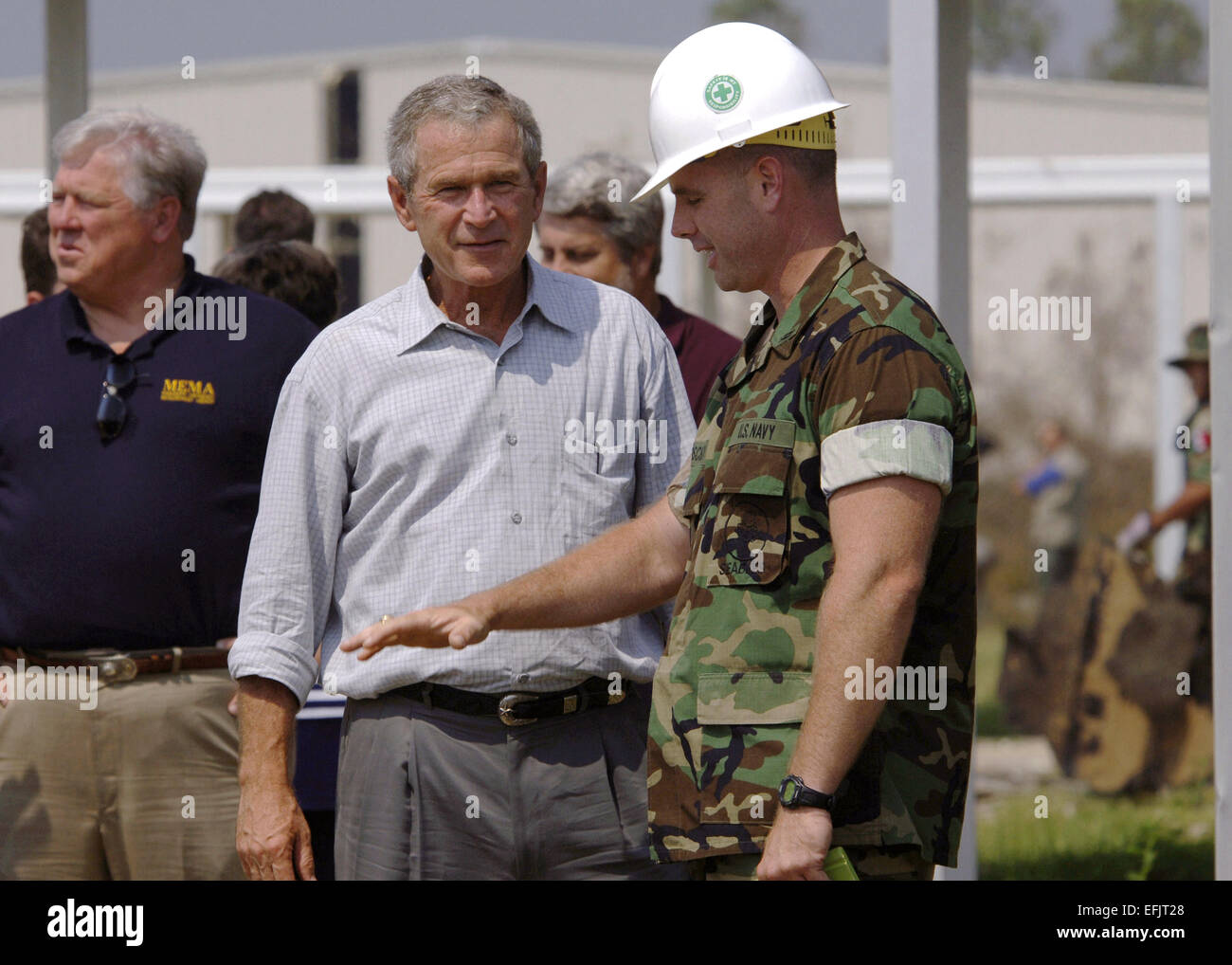 Le président américain George W. Bush nous remercie avec les marins de la Marine Seabees pour leurs efforts Photo Stock