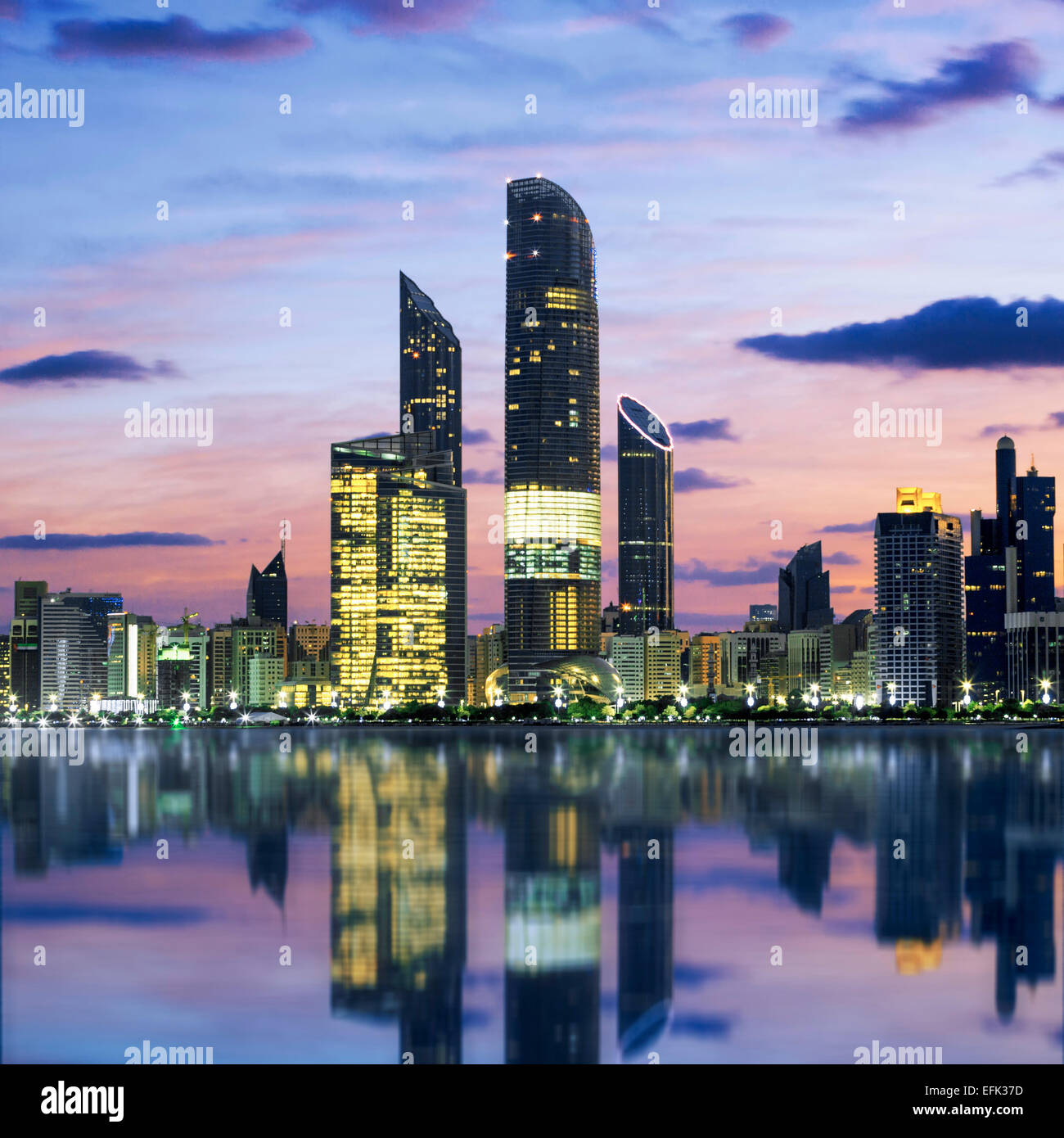Skyline at sunset Abu Dhabi, Émirats Arabes Unis Photo Stock
