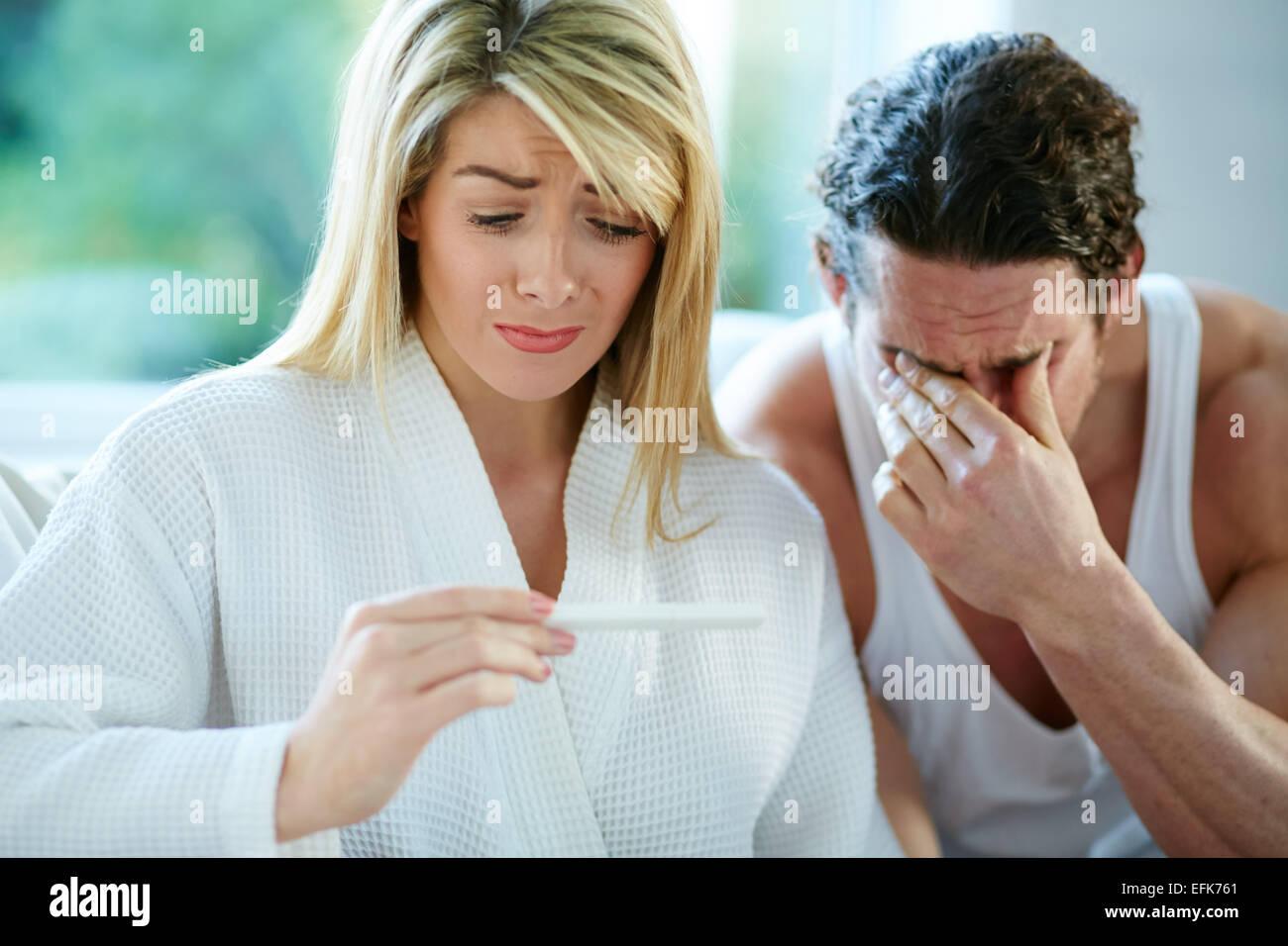Couple malheureux de savoir qu'elle est enceinte Photo Stock