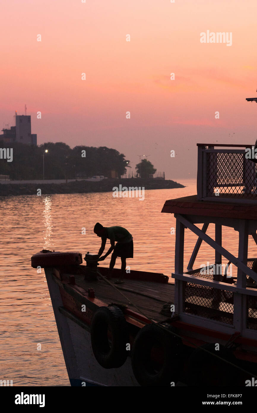 L'Inde, Mumbai, Maharashtra, district de Colaba, l'homme se découpant sur le bateau à Mumbai port Photo Stock