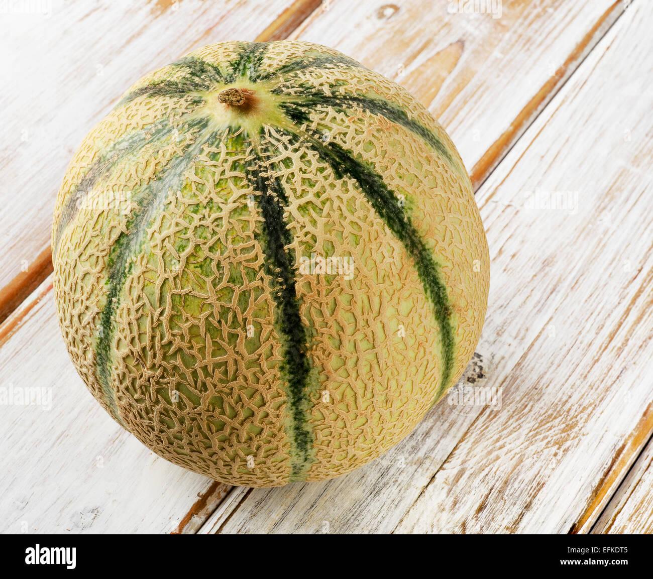 Melon entier sur un fond de bois. Selective focus Photo Stock