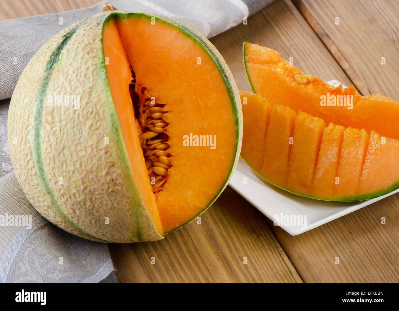 Melon sur table en bois. Selective focus Photo Stock