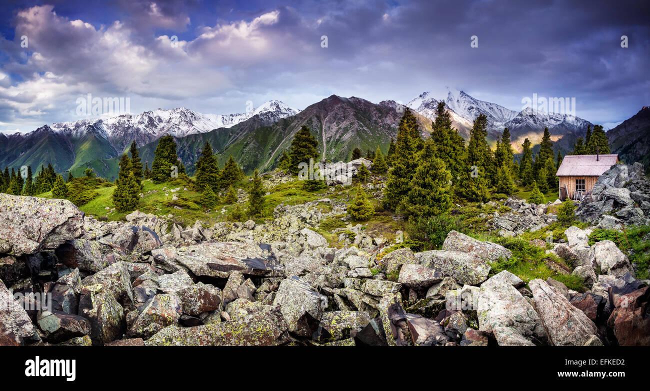 Maison solitaire dans les montagnes de Zaili Alatay, au Kazakhstan, en Asie centrale Photo Stock