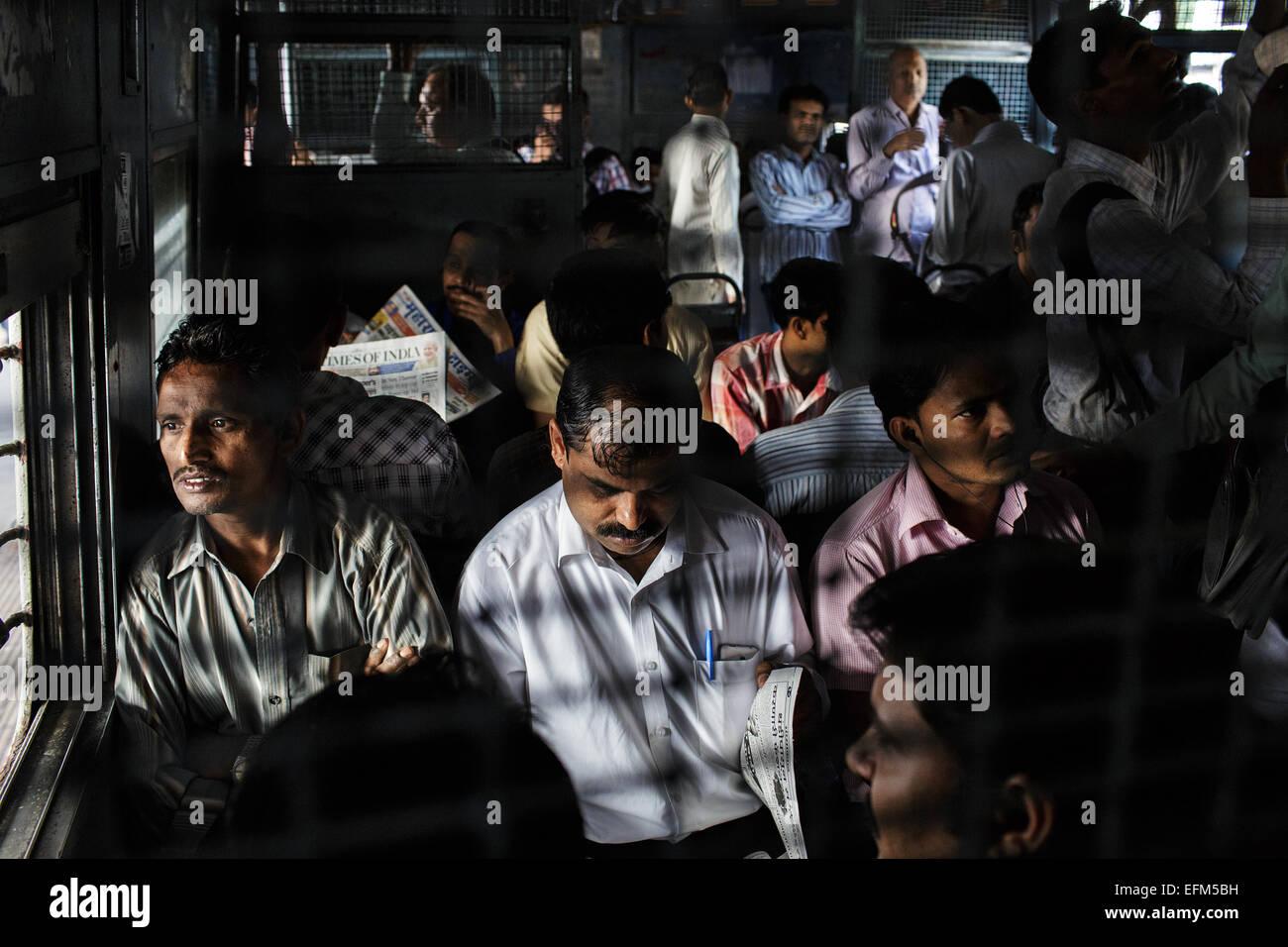 Les navetteurs sur un train de banlieue de Mumbai, Inde Banque D'Images