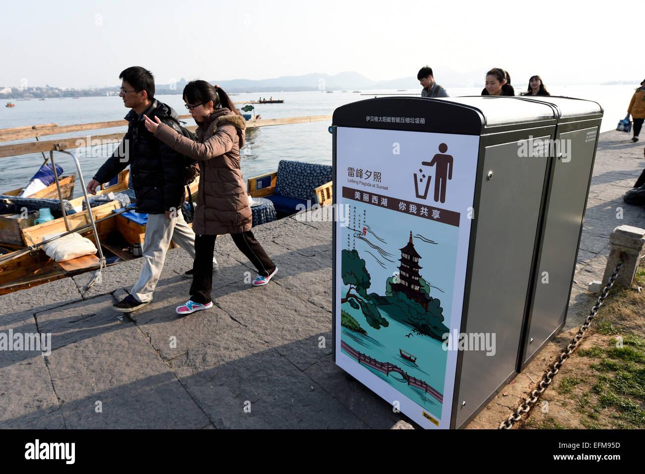 Hangzhou, Chine, Province de Zhejiang. 7 Février, 2015. Les gens passent devant une centrale solaire la compression Photo Stock