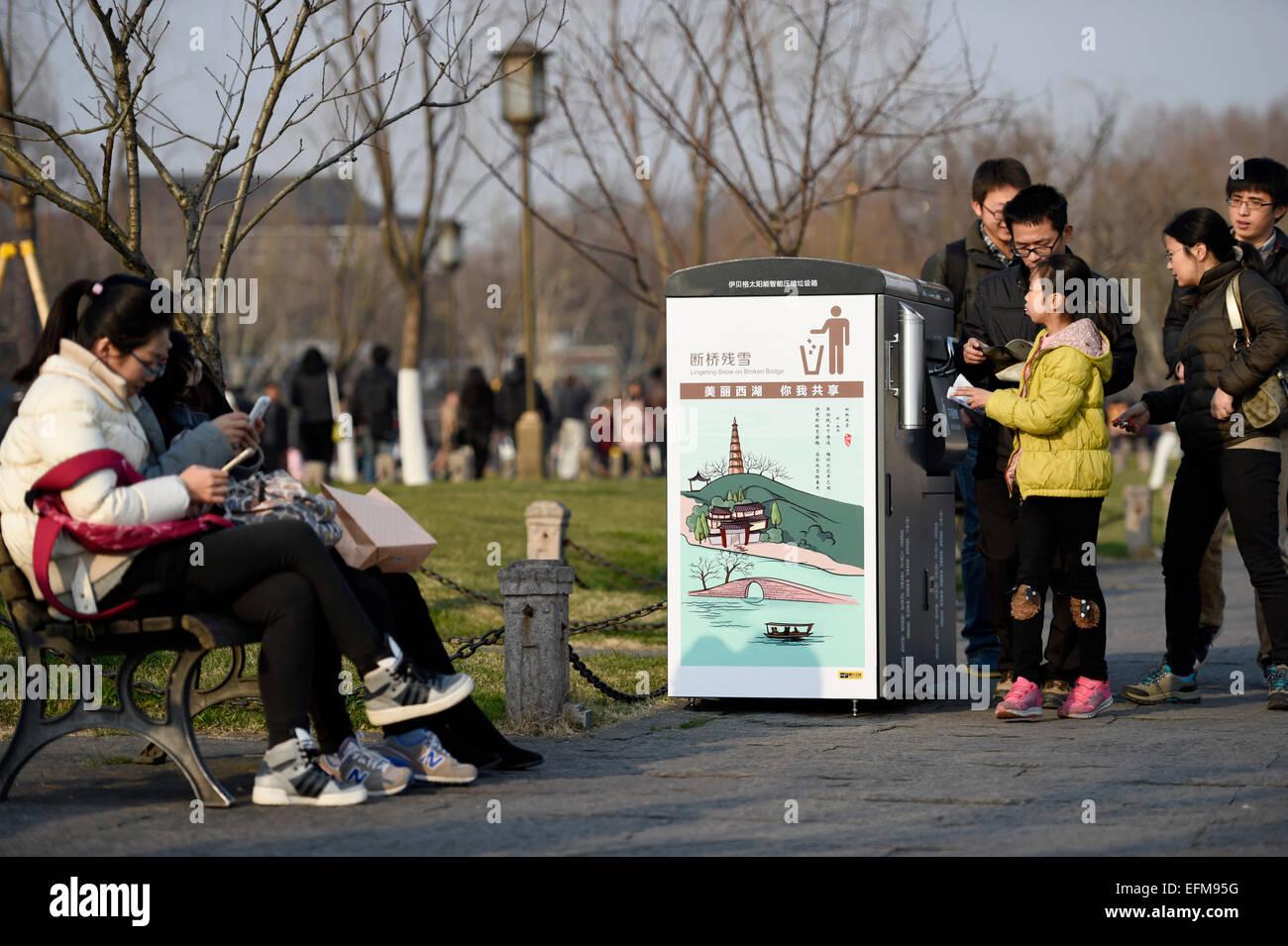 Hangzhou, Chine, Province de Zhejiang. 7 Février, 2015. Les gens prennent un coup d'oeil à une centrale Photo Stock