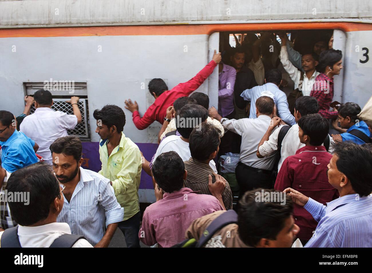 Les usagers du train d'embarquement pendant l'heure de pointe du soir à la gare de Bandra à Mumbai, Inde. Banque D'Images