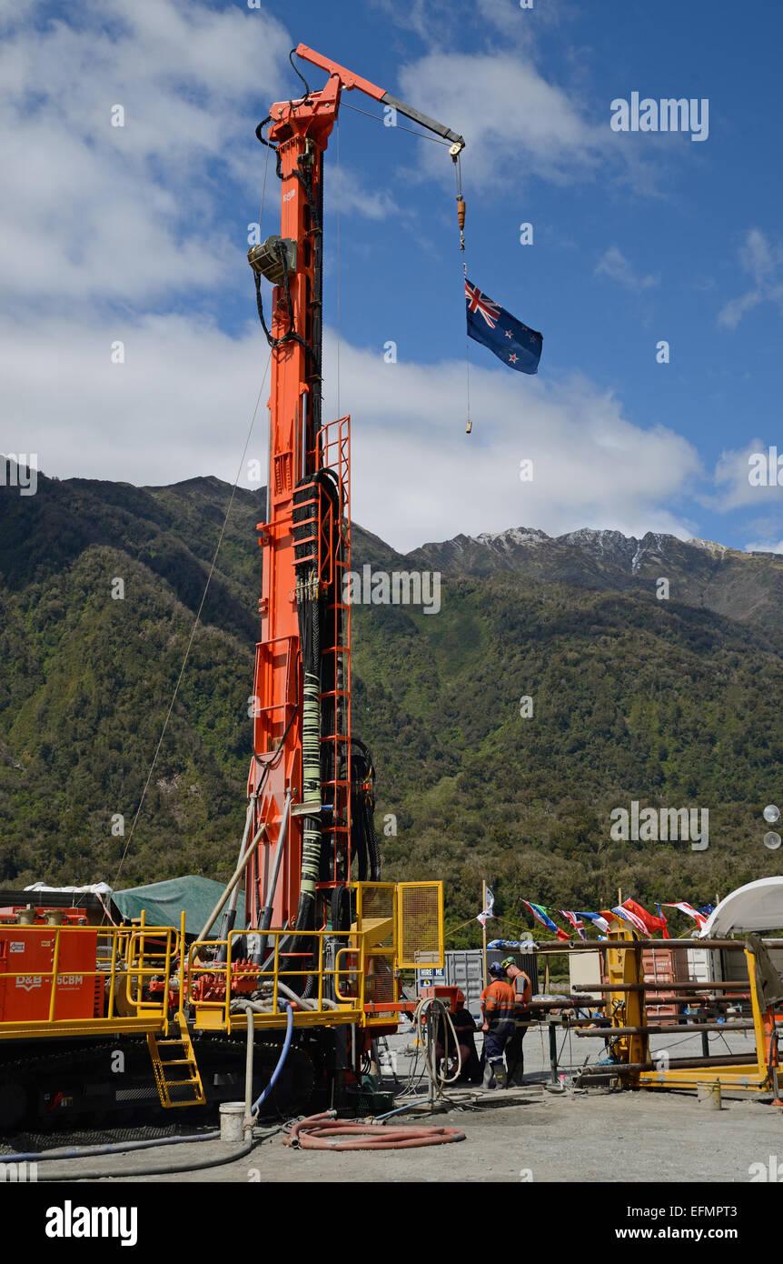 WHATAROA, Nouvelle-Zélande, le 5 décembre 2014: Les foreurs au travail sur le projet de forage profond Photo Stock