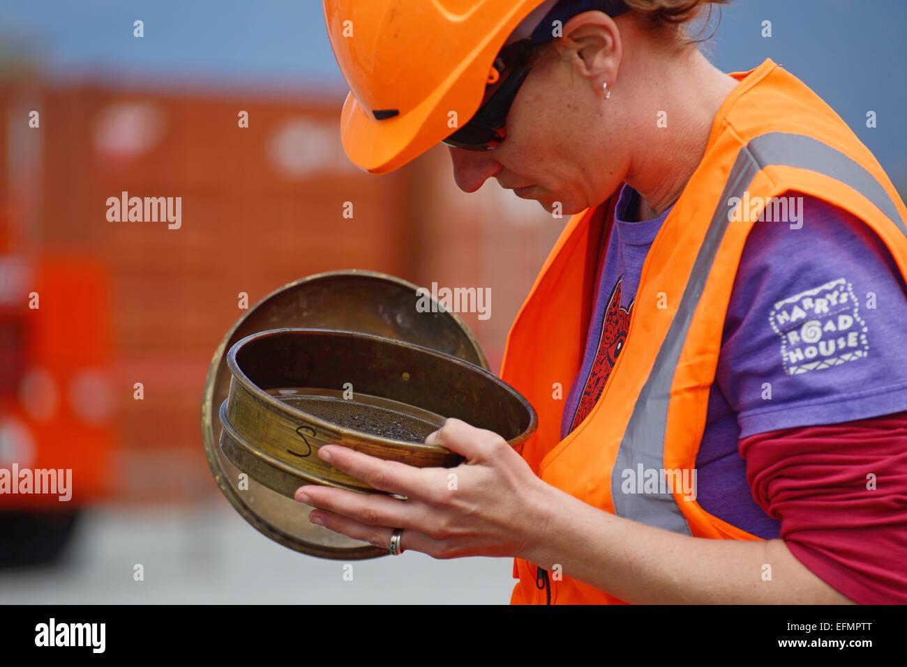 WHATAROA, Nouvelle-Zélande, le 5 décembre 2014: un géologue non identifiés inspecte les Photo Stock