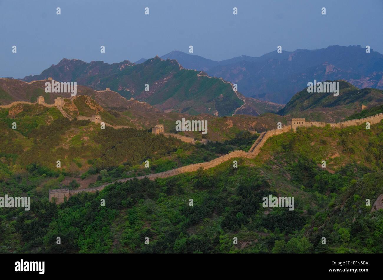 2 300 ans de la Grande Muraille de Chine est éclairé par le soleil couchant. Photo Stock