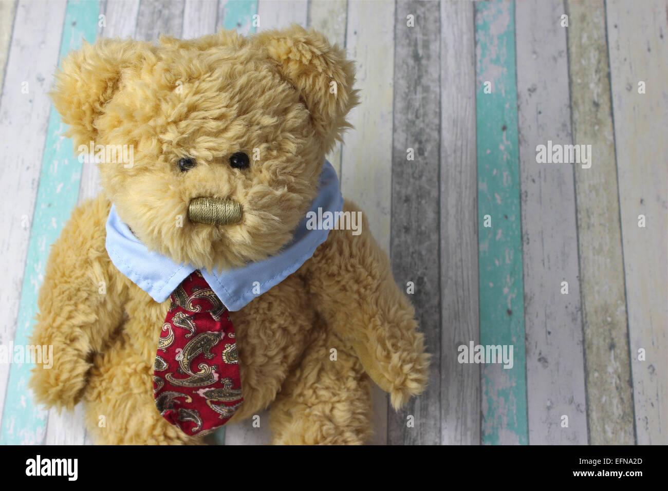 Office ours habillé en chemise et cravate contre un arrière-plan en bois rustique. Photo Stock