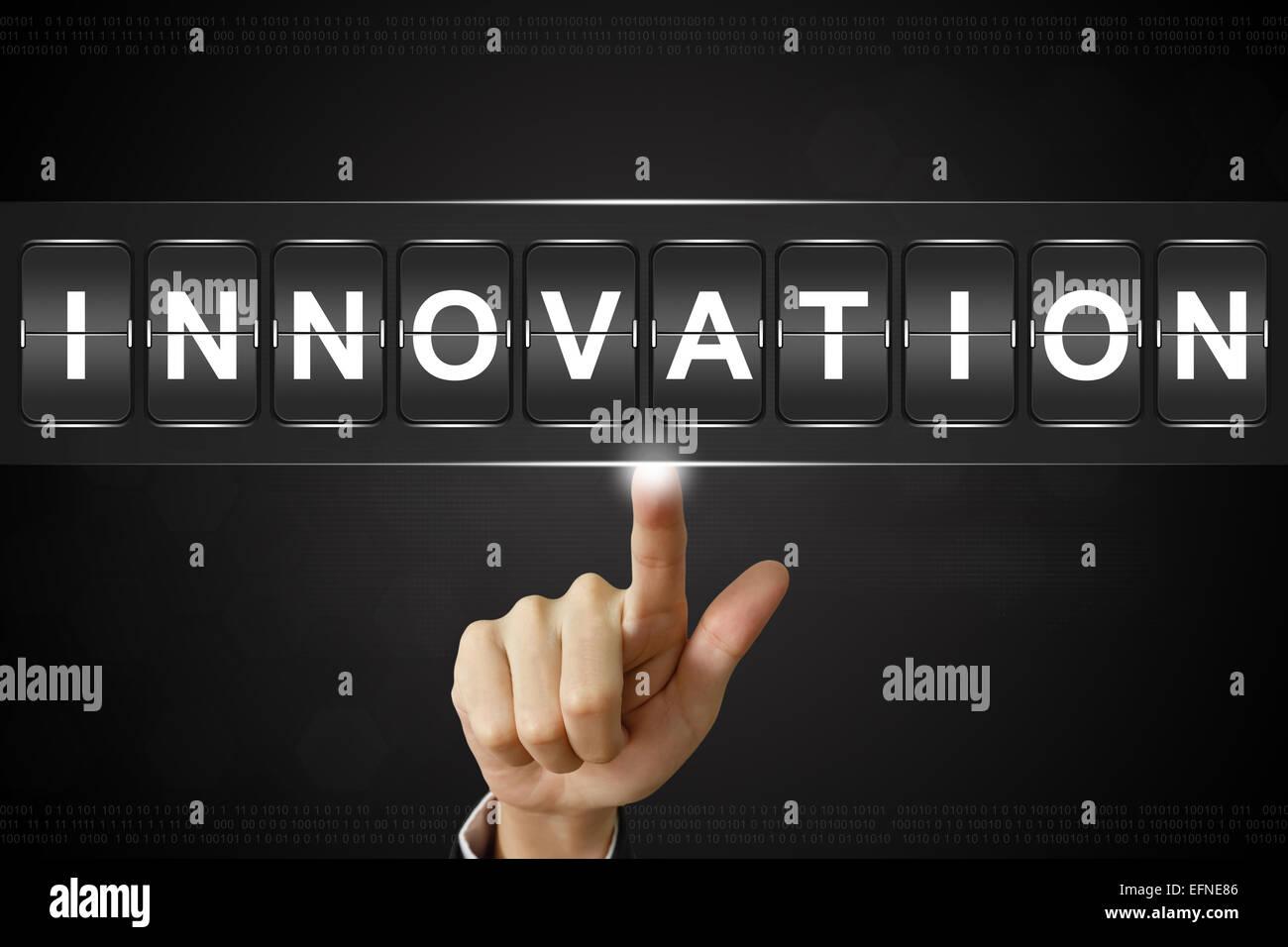 La main d'affaires sur l'innovation en poussant l'affichage Flipboard Banque D'Images