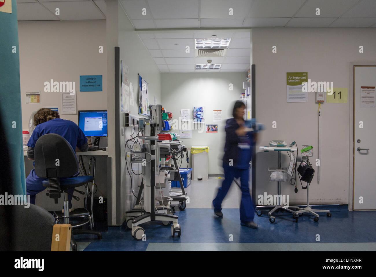 Un hôpital occupé avec les médecins, les infirmières et le personnel occupé au travail Photo Stock