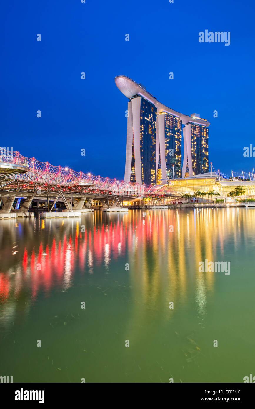Marina Bay Sands Hotel et le Double Helix Bridge at night, à Singapour, en Asie du Sud-Est, l'Asie Photo Stock