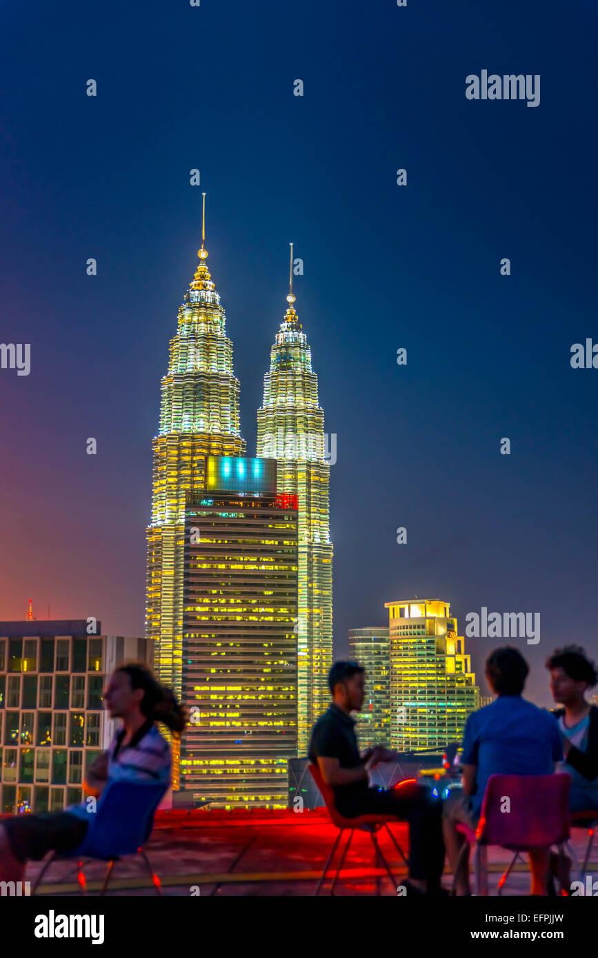 Bar de l'héliport et Petronas Towers, Kuala Lumpur, Malaisie, Asie du Sud, Asie Banque D'Images
