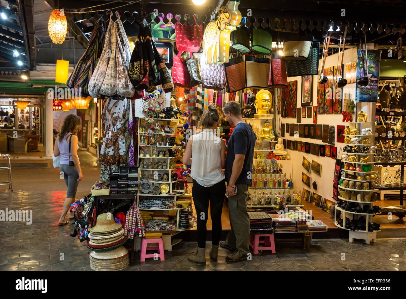 Les touristes au marché de nuit, Siem Reap, Cambodge. Photo Stock