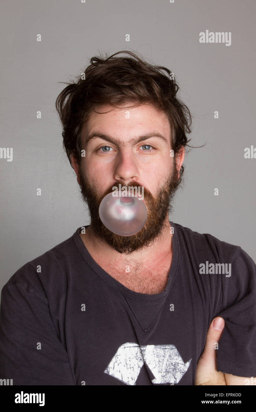 L'homme qui souffle dans un bubble gum bubble Photo Stock