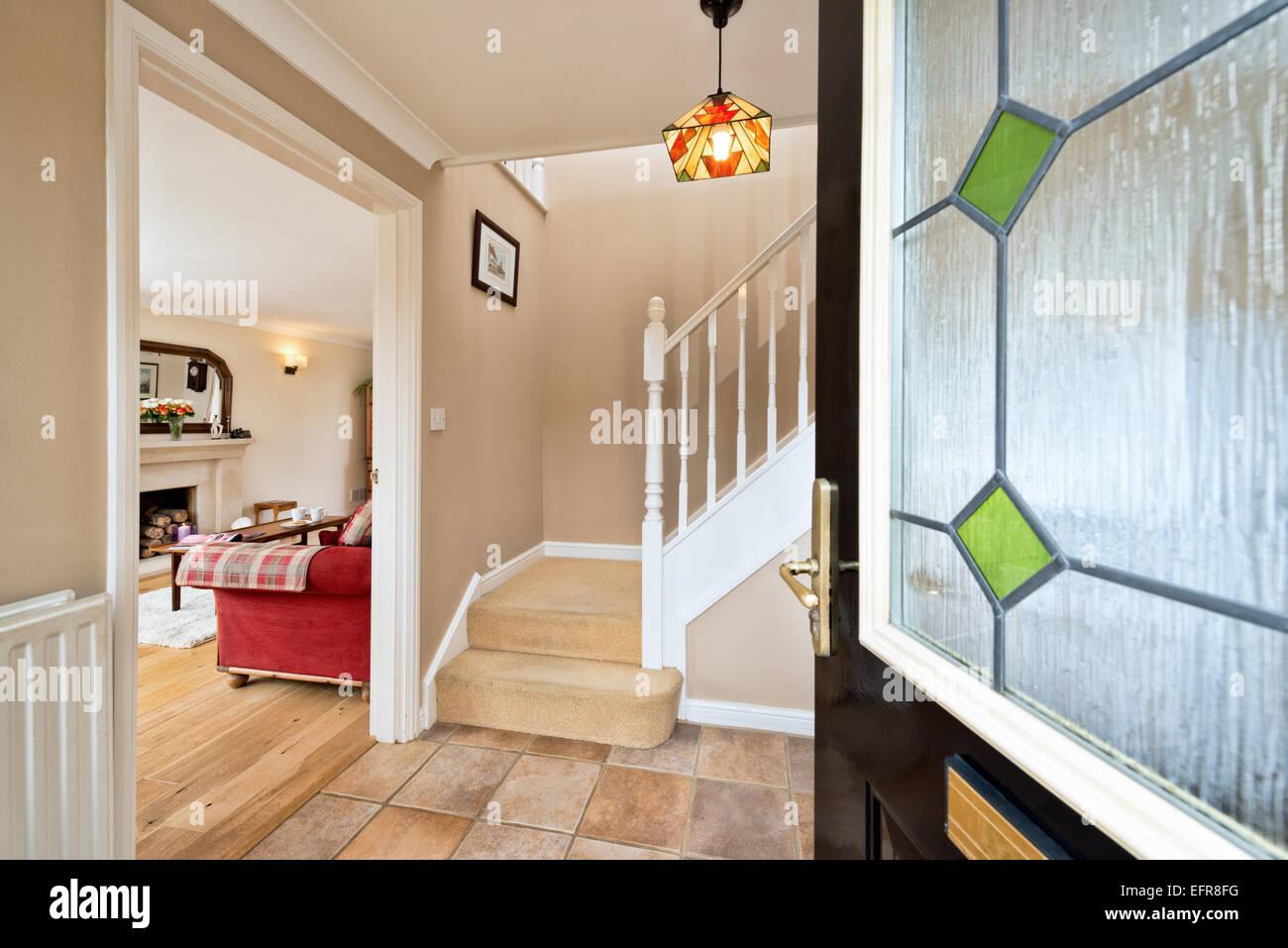 Un cadre accueillant, ouvert porte menant à un moderne, typique, UK Home Photo Stock