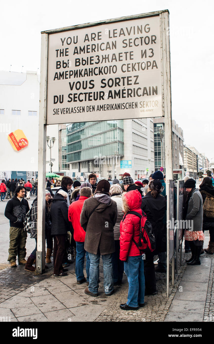 Les touristes à Checkpoint Charlie. Berlin, Allemagne. Photo Stock
