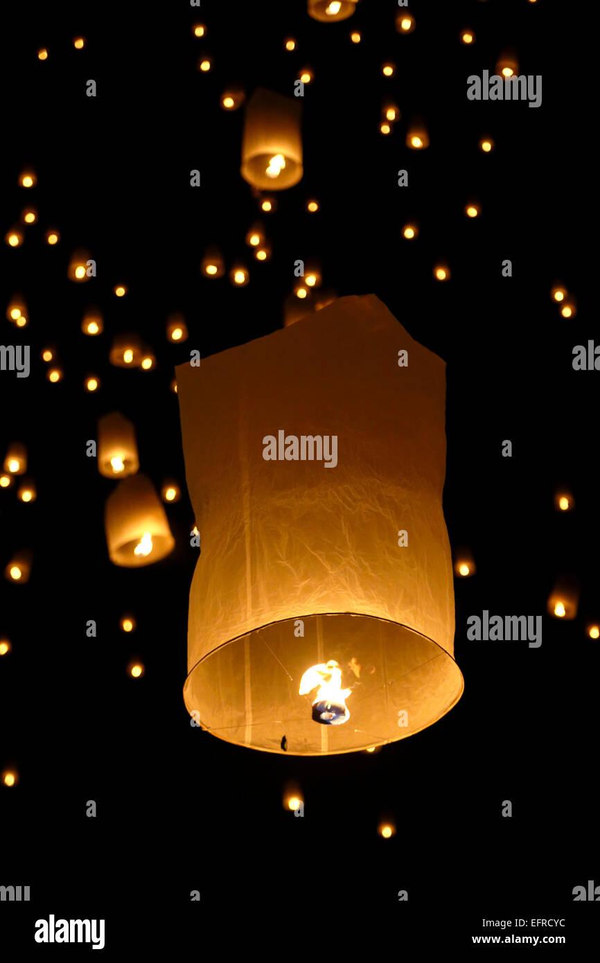 Les lanternes dans le ciel, Yeepeng Lantern Festival International de Lanna, Dhutanka Lanna, Chiang Mai, Thaïlande Photo Stock