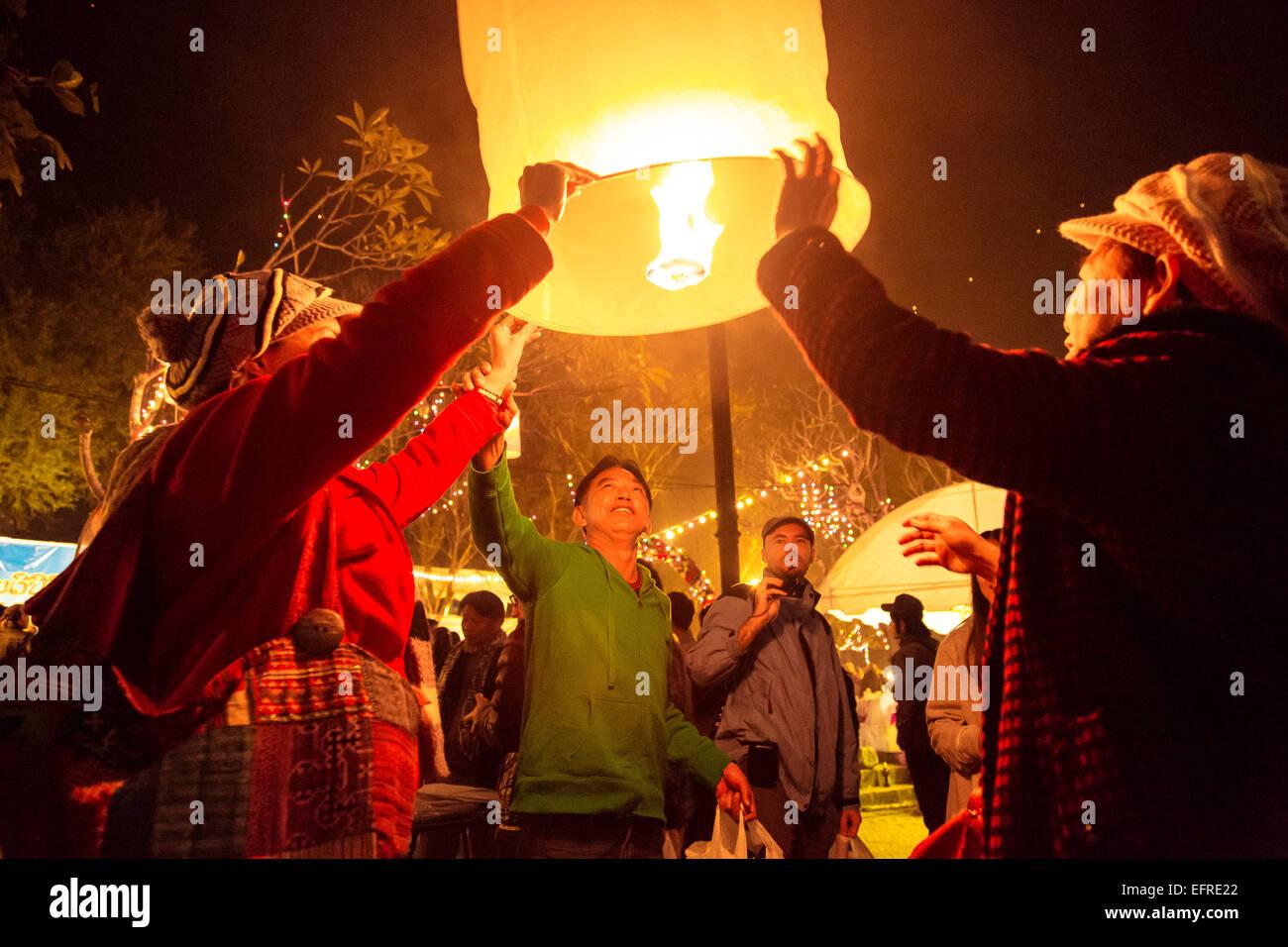 Lanternes d'éclairage des gens à la veille du nouvel an, Luang Prabang, Laos. Photo Stock
