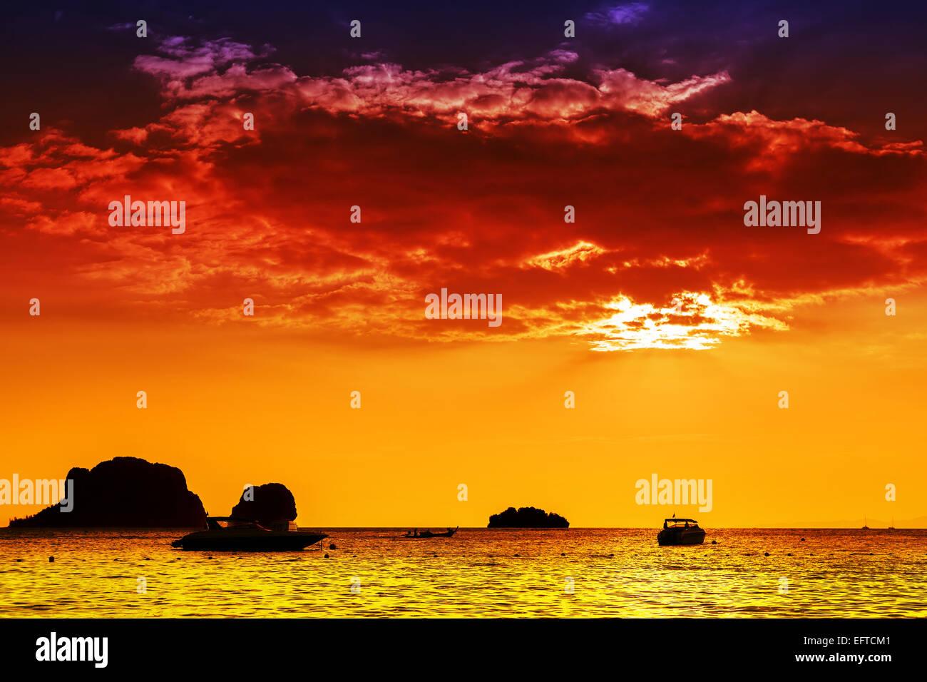 Les couleurs intenses de la mer au coucher du soleil, la nature. Photo Stock