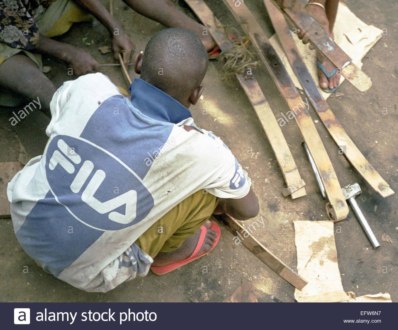 Shattered Steel cassé bras suspension ressorts Land Rover Kenya Réparation - République du Kenya AFRICA 2000 gens Banque D'Images
